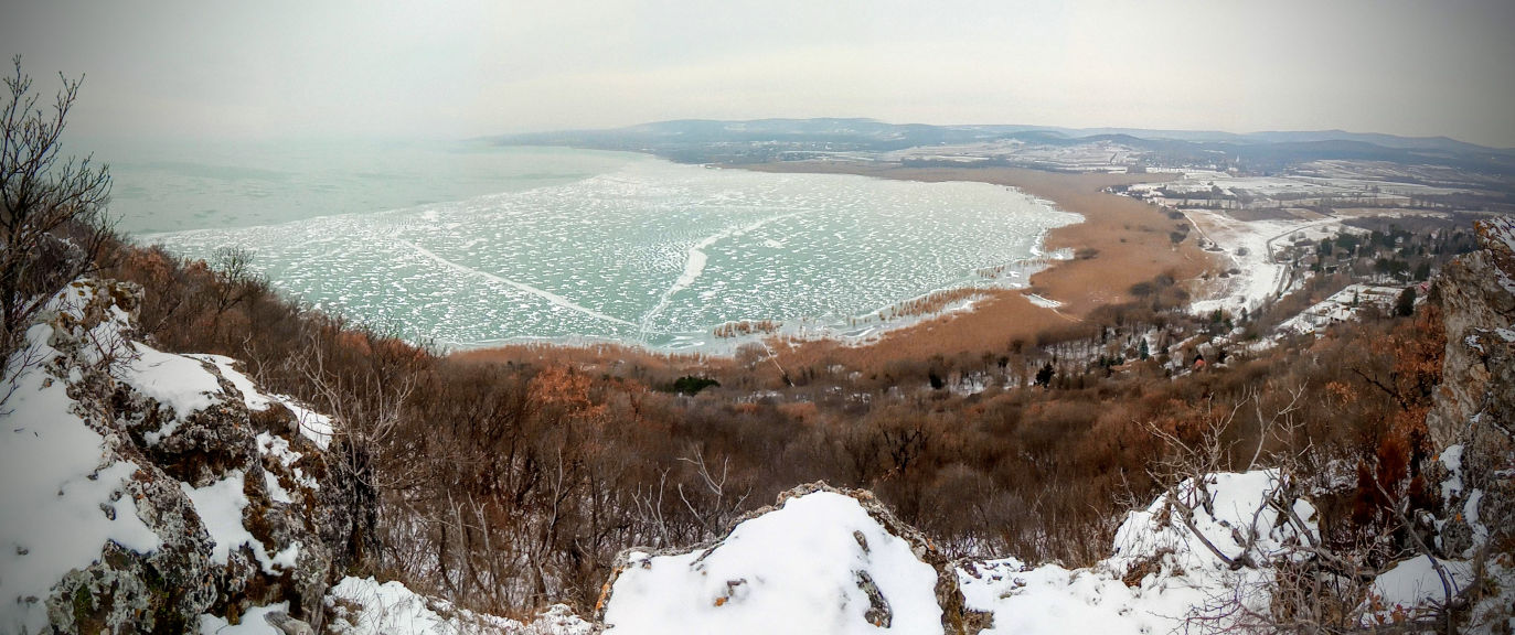 A Sajkodi-öböl a Nyereg-hegy gerincéről