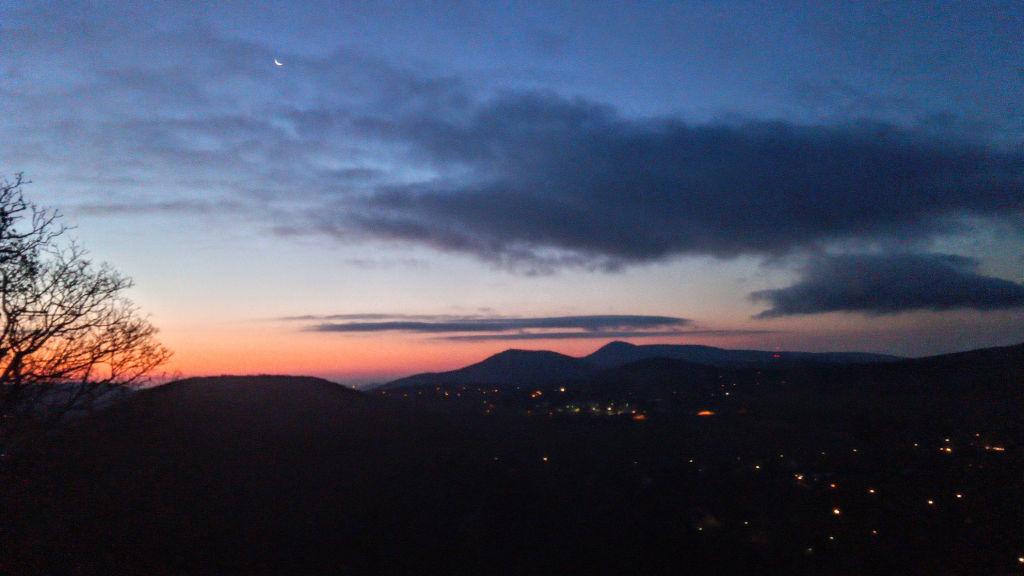 A hajnali János-hegy a Remete-hegyről