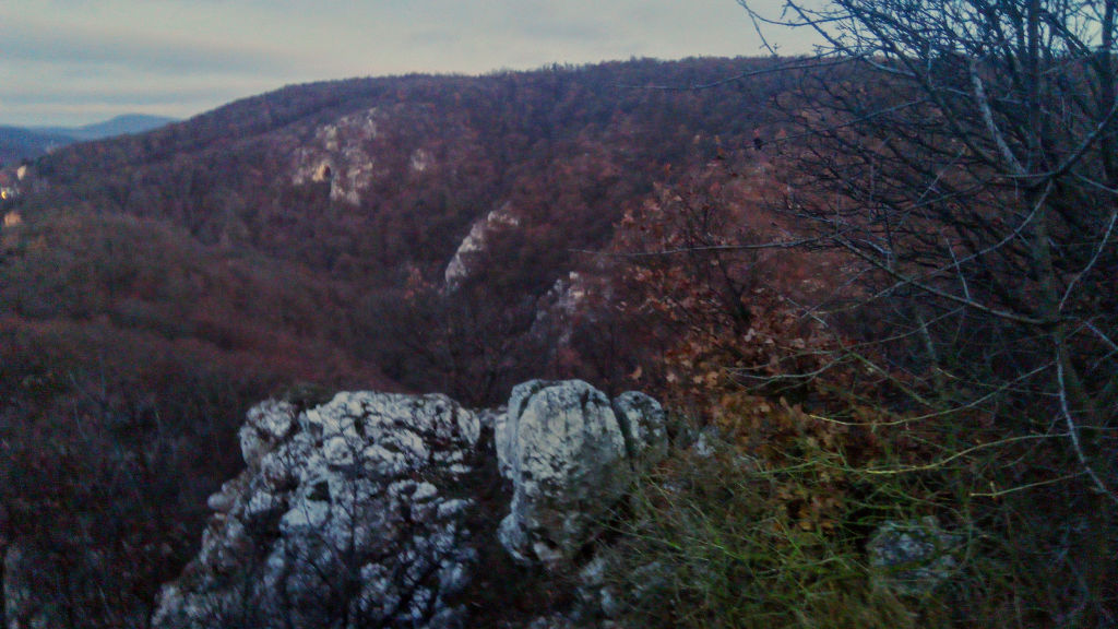 A Remete-szurdok a Hosszú-erdő-hegyről